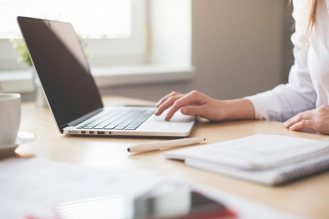 Les laptops les plus fins sont parmi les plus prisés dans les entreprises en quête de mobilité. (Crédit : hamonazaryan1, Pixabay)