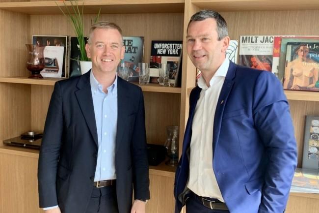 Thierry Cotillard (président d'Intermarché), à droite sur la photo, aux côtés de Carlo Purassanta (président de Microsoft France) réunis le 19 juin 2019 dans les locaux de Microsoft France. (crédit : Microsoft France)