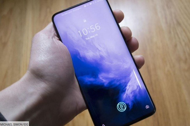 La biométrie, déjà répandue sur les smartphones modernes comme ici le OnePlus 7 Pro, fait partie des potentielles alternatives au traditionnel mot de passe, selon une étude commandée par Okta. (Crédit : Okta)