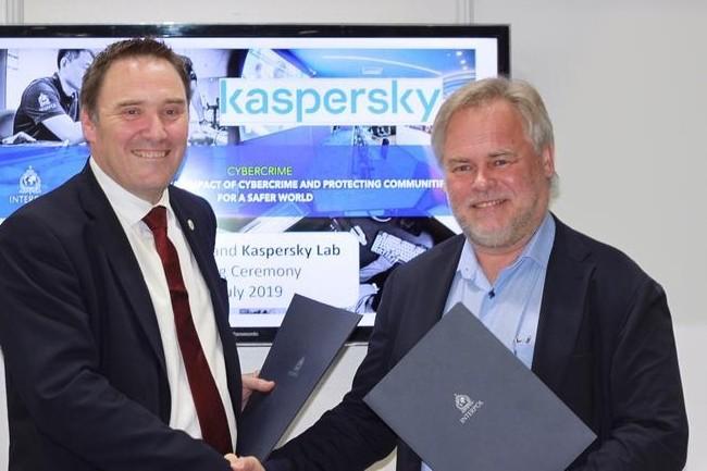 Un représentant d'Interpol et Eugene Kaspersky, CEO de Kaspersky, ont scellé leur accord. (crédit : Interpol)
