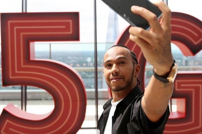 Pour assurer le lancement de son offre 5G à Londres, Vodafone a été cherché le pilote de Formule1  Lewis Hamilton. (Crédit Vodafone)