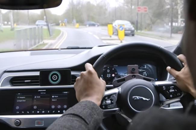 Une caméra placée derrière le volant, en face du conducteur, permet aux véhicules Jaguar Land Rover d'ajuster leur température, la musique et l'éclairage en fonction de l'humeur du conducteur. (Crédit : D.R.)