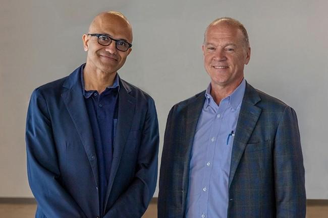 Satya Nadella (à gauche), CEO de Microsoft, et John Donovan, CEO d'AT&T Communications, ont conclu une alliance technologique le 17 juillet 2019. (Crédit : AT&T)