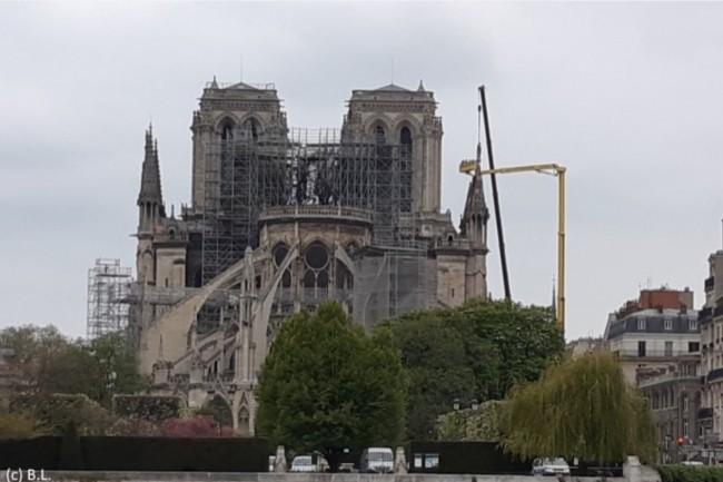 Le 16 avril 2019, lendemain de l'incendie, Notre-Dame de Paris était désormais privée de son toit. La restauration prendra des années. (Crédit : CIO/BL)