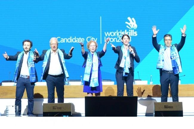 L'organisation en France des Olympiades des Métiers à Lyon en 2023 contribuera à valoriser diverses professions, dont celles du numérique. Ci-dessus au milieu, Muriel Penicaud, ministre du travail, à sa droite, Michel Guisembert, Président de WorldSkills France. (Crédit : Wordskills)
