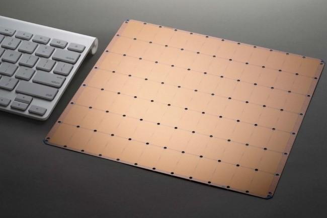 La taille du processeur conçu par la start-up d'Andrew Feldman et Sean Lie dépasse largement celle d'un clavier. (Crédit : Cerebras)