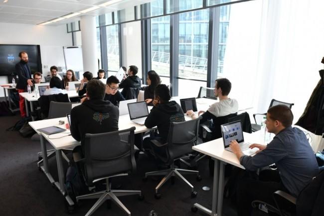 20 personnes âgées de 20 à 50 ans viennent d'intégrer les équipes de DXC Technology,partenaire de l'école IA de Microsoft.et Simplon. Crédit. Microsoft.