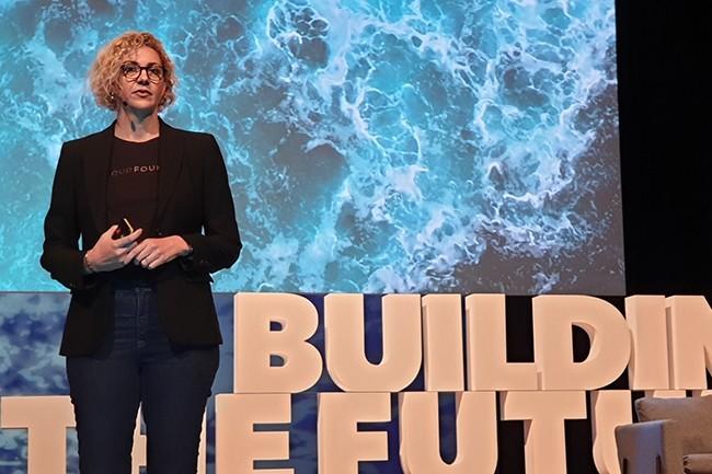 Abby Kearns, directrice exécutive de la Cloud Foundry Foundation, a insisté sur les projets qui doivent permettre d'intégrer le PaaS de l'entreprise à Kubernetes nativement. (Crédit : Nicolas Certes)
