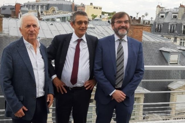 Christian Bourdet, associé, directeur d'Elanz Clermont Ferrand (à gauche), Pierre Gauthier, PDG Apside et Hubert André, associé, directeur Paris et président du groupe Elanz (à droite). (Crédit : Apside)