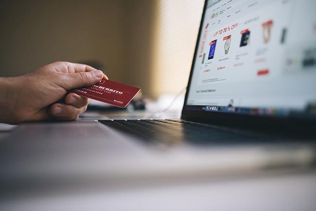 Pour valider un paiement en ligne, les consommateurs doivent désormais choisir deux modes d'identification comme un mot de passe et scanner son empreinte digitale. (Crédit : StockSnap / Piaxabay)