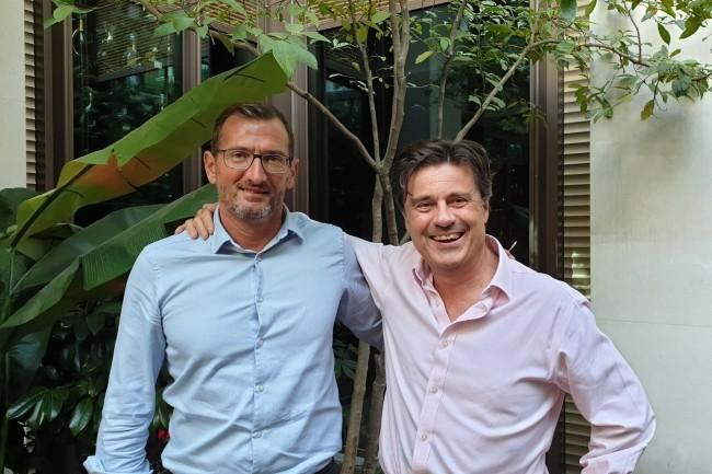 Stéphane de Jotemps (à gauche), vice-président des ventes EMEA, et Steve Wainwright, directeur général EMEA de Skillsoft, ont présenté hier à Paris la plateforme Percipio et leur stratégie pour l'activité européenne à une soixantaine de personnes. (Crédit : Nicolas Certes)