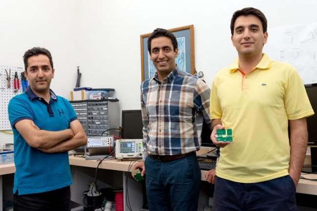 De gauche à droite : Ali Abedi, le professeur Omid Abari et le candidat à la maîtrise Soroush Ameli. Mohammad Mazaheri, le chercheur principal de ce projet, n'était pas disponible pour la photo.