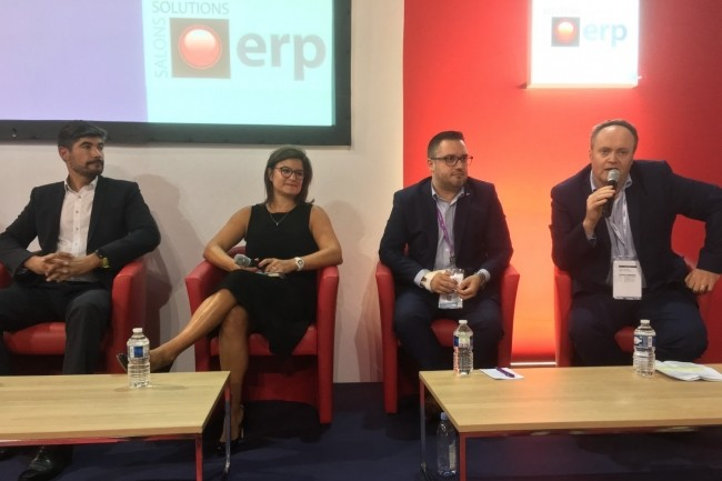 Sur le salon Solutions ERP, le 1er octobre 2019, de gauche à droite, Philippe Plantive, président du conseil d'administration de Proginov, Céline Bayle, directrice marketing produit, Sage Europe du Sud, et Jérémy Jeanjean, consultant avant-vente chez IFS France, et Norbert Jamet (au micro), responsable marketing produits de Cegid. (Crédit : LMI/MG)