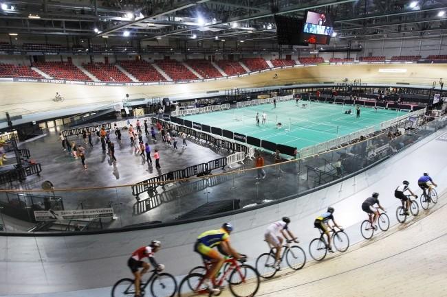 Le vélodrome national de Saint-Quentin en Yvelines, site Olympique pour les jeux de 2024, a été retenu pour tester la 5G sur la bande 26 GHz. (Crédit Photo : Vélodrome National)