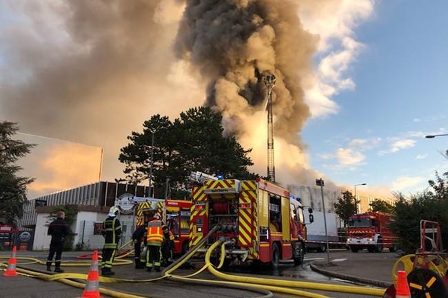 Le feu s'est déclaré aux alentours de 7 heures ce matin et a été maîtrisé vers 10 heures. Une soixantaine d'entreprises étaient installées dans le Bel Air Camp de Villeurbanne. (Crédit : Préfecture d'Auvergne-Rhône-Alpes)