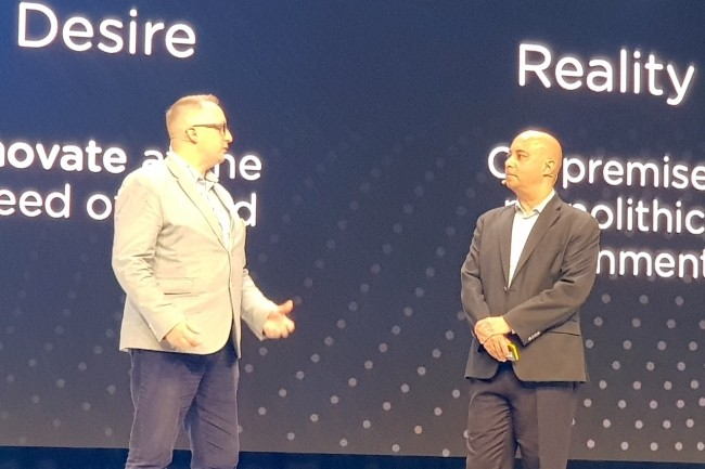 Dominic Maidment (à gauche), architecte IT chez Total Gas & Power, sur la scène de la convention .Next à Copenhague avec Rajiv Mirani, CTO de Nutanix. (Crédit S.L.)