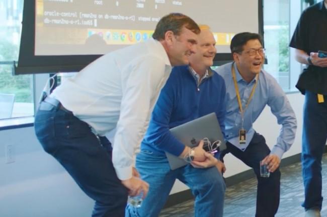 Chez Amazon, les équipes internes marquent la fin de leur projet de migration par l'extinction de leur dernière base Oracle. De gauche à droite : Dave Treadwell, VP eCommerce Foundation Amazon.com, Jeff Carter, VP InfoSec Amazon, et Thomas Park, senior manager, responsable du développement logiciel d'Amazon.com. (Crédit : AWS)