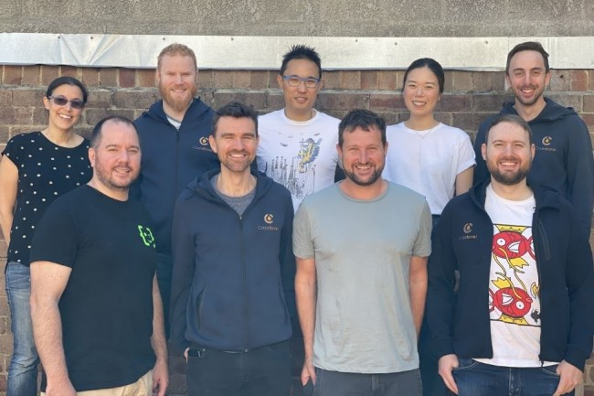 L'équipe de Code Barrell est composée de gauche à droite Brydie McCoy (ingénieure), Nick Menere (co-fondateur), Simenon Ross (développeur), John McKiernan (responsable marketing), Mark Chaimungkalanont (développeur), Scott Harwood (ingénieur), Jane Yeoh (responsable marketing), Yvan Martin (développeur) et Andreas Knecht (co-fondateur). crédit : Code Barrell.