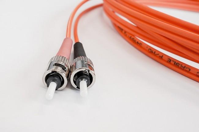 Le litige entre Orange et Free concerne les conditions dans lesquelles ce dernier accède aux réseaux FttH du premier en zones moins denses d'initiative privée. (Credit : Blickpixel / Pixabay)