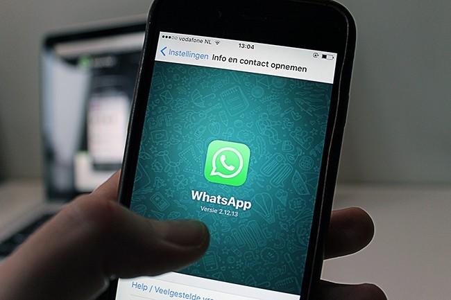 En mai dernier, des pirates ont exploit� une vuln�rabilit� de Whatsapp qui leur a permis d�ex�cuter du code � distance sur des smartphones sous Android ou iOS pour y introduire un logiciel espion, Pegasus, d�velopp� par NSO Group. (Cr�dit : antonbe / Pixabay)