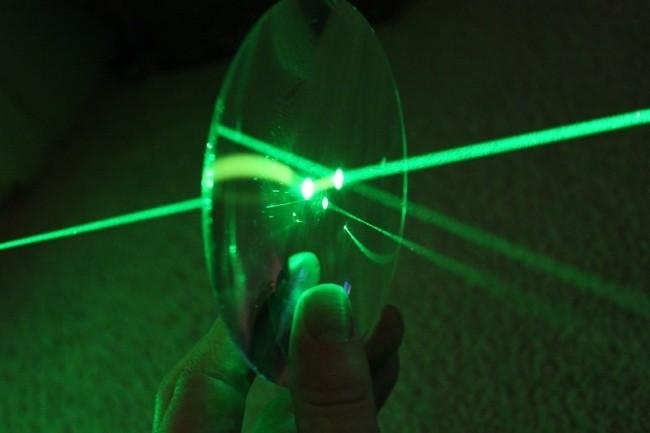 D'après une étude de chercheurs japonais et américains, les assistants de Google, Amazon et Apple pourraient être piratés grâce à un faisceau de lumière projeté sur leur micro. (Crédit : Astroshots42/VisualHunt)