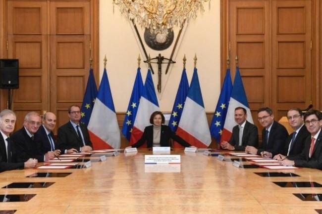 La convention cyber entre la ministre des Armées, Florence Parly (en centre) avec les représentants des industriels Airbus, Ariane Groupe, Dassault Aviation, MBDA, Naval Group, Nexter, Safran ainsi que Thales, a été signée le 14 novembre 2019. (crédit : D.R.)