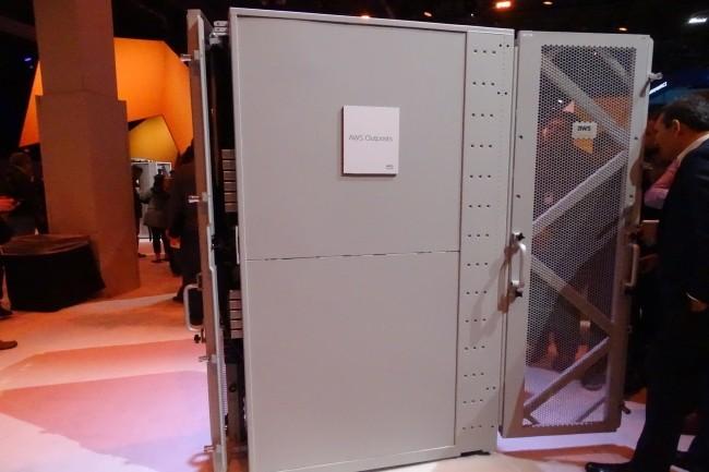 Le cloud hybride Outposts d'AWS est un rack configurable en fonction des instances de compute et de stockage souhaités. (Crédit Photo : Jacques Cheminat)