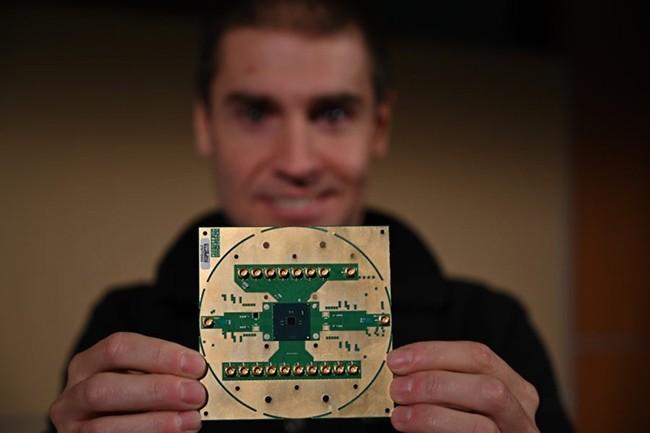 Stefano Pellerano, ingénieur principal chez Intel Labs, avec le SoC cryogénique Horse Ridge. (Crédit : Intel)
