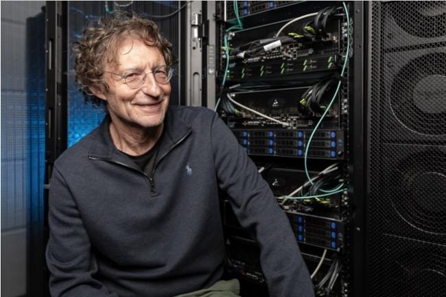 Avigdor Willenz, président de Habana Labs rachetée par Intel, près du système d'apprentissage artificielle HLS-1 Gaudi mis au point par la société. (Credit: Eyal Toueg/Intel Corporation)