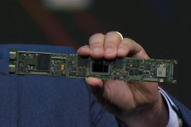 Une carte mère Intel avec une puce Tiger Lake montrée au CES 2020 par Greg Bryant, vice-président exécutif du Client Computing Group du fondeur. (Crédit : Intel)