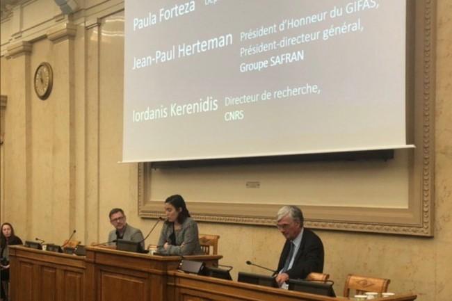 Ce matin à l'Assemblée nationale, la députée LREM Paula Forteza présente avec Jean-Paul Herteman (à droite), ancien PDG de Safran et président d'honneur du Gifas, etIordanis Kerenidis (à gauche),directeur de recherche au CNRS, les conclusions du rapport sur le quantique. (Crédit : Twitter/@PaulaForteza)