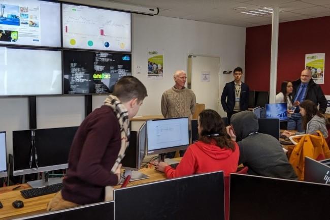 L'équipe d'étudiants de la technical blue team dans le cadre d'un exercice de fin de cursus en master d'ingénieur spécialisé cyber à l'Université de Bretagne Sud alterne des fonctions d'analyste SIEM, sécurité des réseaux, reverse malware... (crédit : D.F.)