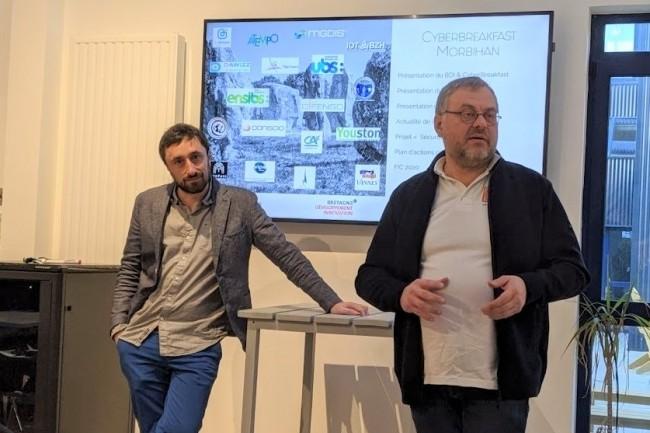 A gauche, Vincent Vandenbroucke (start-up manager au Village by CA du Morbihan) et Pierre Lorcy, président de la start-up Lorcyber, mercredi 22 janvier 2020 au VillageByCA Morbihan à Vannes. (crédit : D.F.)