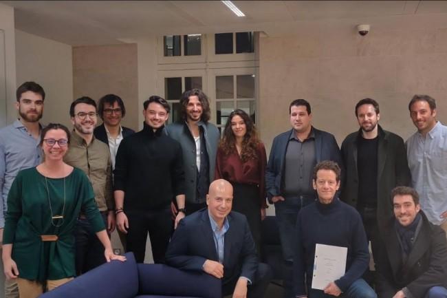 Kevin Primicerio, fondateur de Hook, (5e à gauche au 2e rang) avec une partie des investisseurs lors de la conclusion de la première levée réalisée  par l'accélérateur de 42. Crédit. Hook
