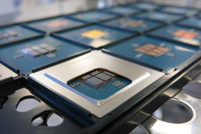 Le CEA-Leti a conçu un processeur 96 cœurs en reliant 6 puces 16 cœurs par un mince ruban de silicium. (Crédit : CEA-Leti)