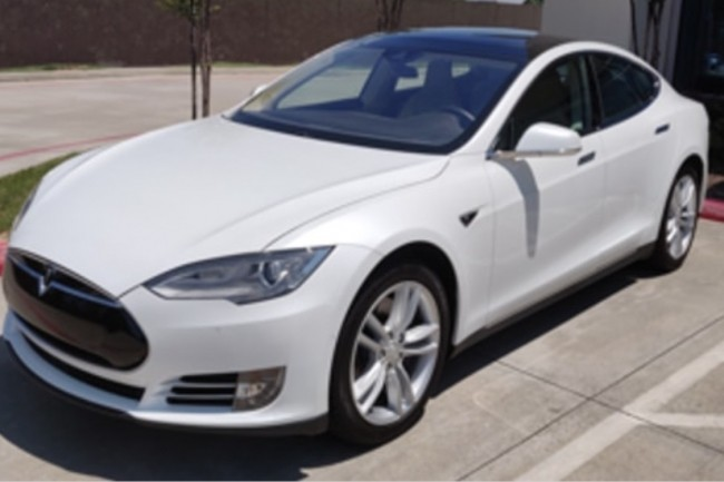 Une Tesla Model S de 2016 équipée duPack 1 et d'une caméraMobilEye version EyeQ3 a été utilisée par le McAfee ATR Lab dans une étude sur les possibilités de model hacking. (Crédit : McAfee)