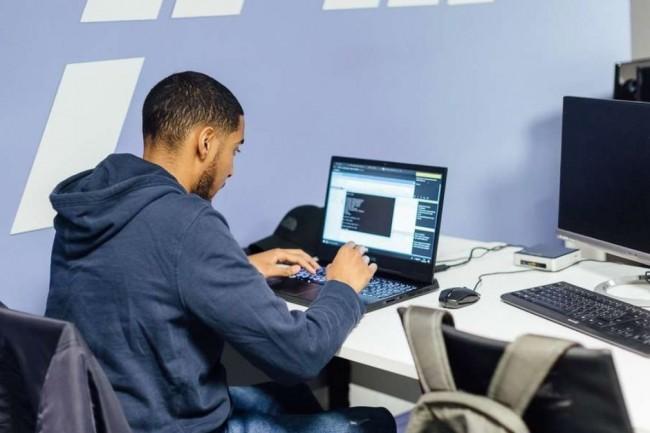 #FabrikTonParcours permet à un public éloigné de l'emploi de décrocher un contrat en apprentissage dans des secteurs impactées par des innovations numériques. Crédit photo : Webforce3