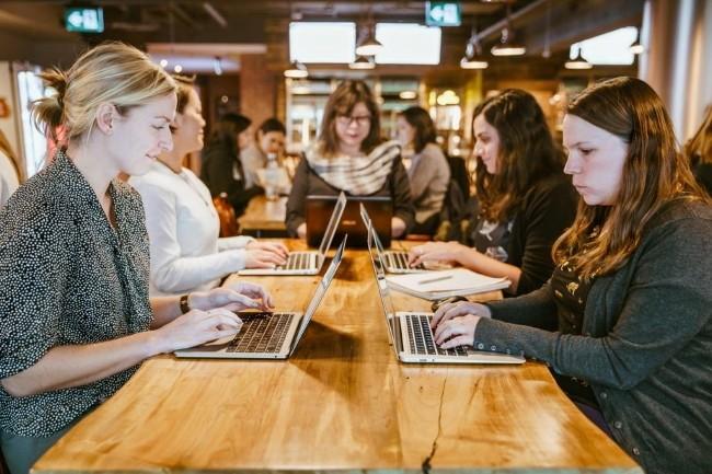 Les femmes freelances sont particulièrement sous-représentées dans les métiers du développement et des infrastructures/cloud. (Crédit photo: Nicolas de Khors./Free Photo)
