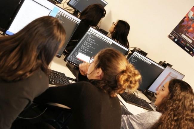 Dès la rentrée prochaine, une partie des études d'informatique de 30 jeunes filles de terminale déjà titualires d'une bourse sera financée par Epita et Epitech.  Crédit photo: Epita.