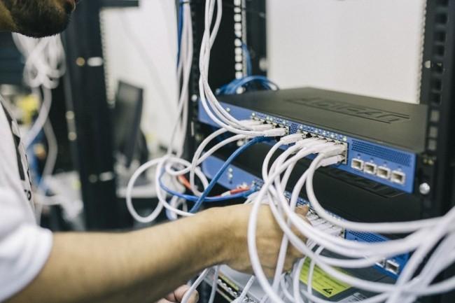 Dans le secteur des télécoms, les métiers de la fibre optique  sont considérés comme essentiels au fonctionnement de l'économie française. Crédit: Pixabay/StockSnap