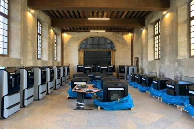 Le projet 3D Covid de l'AP-HP prévoit d'imprimer en 3D des équipements médicaux . Une soixantaine de machines fournies par Stratasys ont été déployées à l'hôpital Cochin. (Crédit Photo : Stratasys)