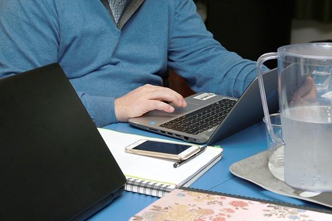 Côté gestion des ressources humaines au sein des SSII, une moyenne pondérée indique que 72% des effectifs des entreprises répondantes sont en télétravail. (Crédit : Alterfines / Pixabay)