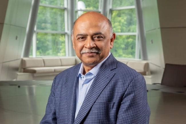 Pour remplacer Ginni Rometty à la direction générale d'IBM, big blue a misé sur un de ses vétérans : Arvind Krishna, un ingénieur d'origine indienne entré dans la société en 1990. (Crédit IBM)