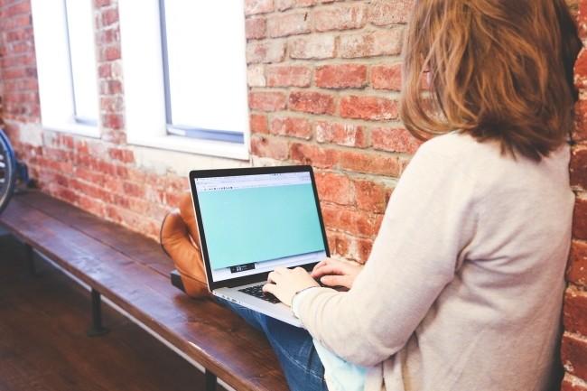 Plusieurs universités ont mis en place des aides pour équiper en PC et en connexion Internet les étudiants. (Crédit Photo : StartupStockPhotos/Pixabay)