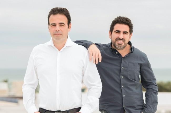 Pour Michaël et Yohan Bentolila (de gauche à droite), PDG et directeur technique d'Insideboard, les entreprises ne peuvent pas se réinventer sans impliquer chaque collaborateur dans cette transformation via les outils numérique. (Crédit : Insideboard)