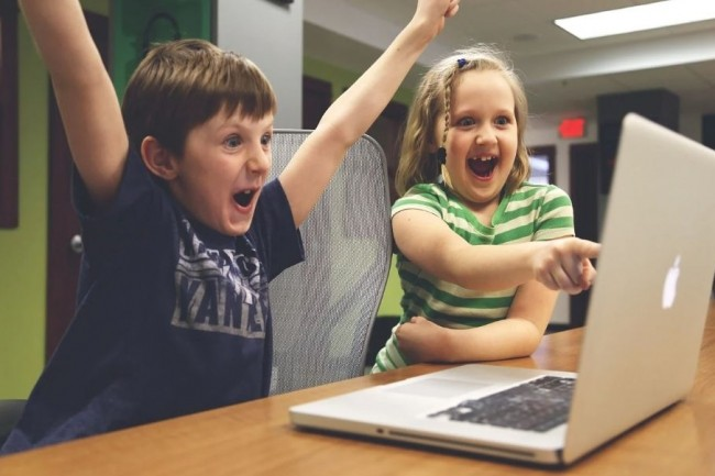 Avec des enfants à la maison pendant toute la période de confinement, le télétravail peut parfois s'avérer parfois moins pratique que prévu... (crédit : StartupStockPhotos / Pixabay)