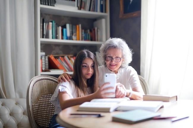 Une grand-mère a été condamnée au nom du RGPD à retirer les photos de ses petits-enfants postées sur les réseaux sociaux sans le consentement de la mère. (Crédit Photo : Andrea Piacquadio/Pexels)