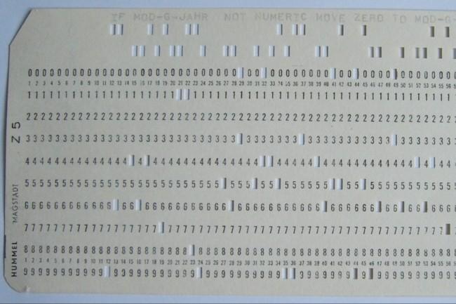 Dans les années 60, les programmes Cobol étaient encodés sur des cartes perforées (Photo souslicence Creative Commons CC0de l'architecte logiciel Rainer Gerhards).