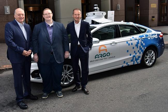 En juillet 2019, Jim Hackett (à gauche), CEO de Ford, Bryan Salesky (au centre), CEO d'Argo AI, et Herbert Diess, CEO de Volkswagen, ont annoncé une collaboration autour des véhicules autonomes. Le 1er juin 2020, Volkswagen engage 2,6 Md$ dans Argo AI. (Crédit : Ford Motor Company)