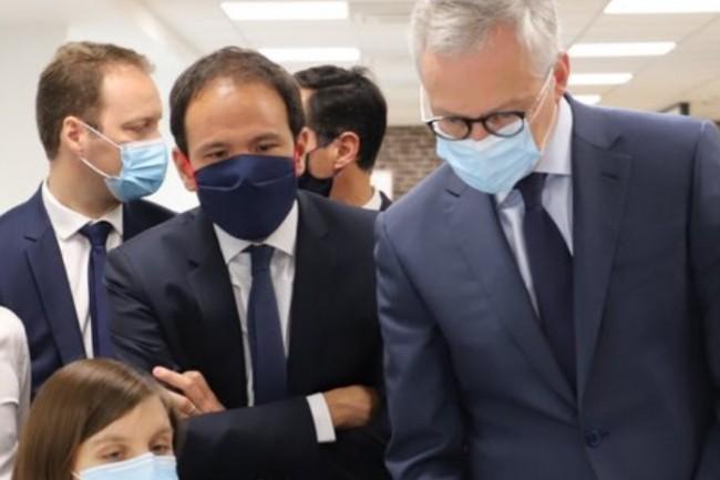 Cédric O (deuxième plan à gauche) secrétaire d'Etat au Numérique et Bruno Le Maire (à droite) lors de leur visite EarthcubeEC3. (crédit : D.R.)
